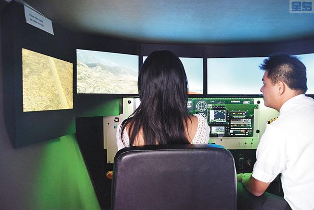 在學員搭上真正的飛機之前,需先透過模擬器投入一系列的課程訓練,學習不同情況下的設備操作。記者陳光立攝